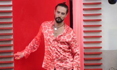 alex belli camicia rosa